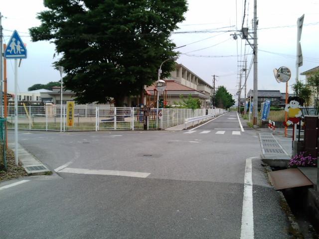 角に幼稚園のある十字路