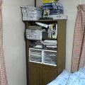 本があふれ出てる本棚