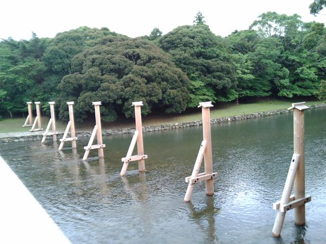 橋の隣の柱