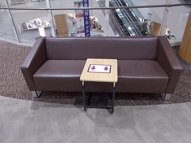 真ん中を区切る小さなテーブルありのソファー