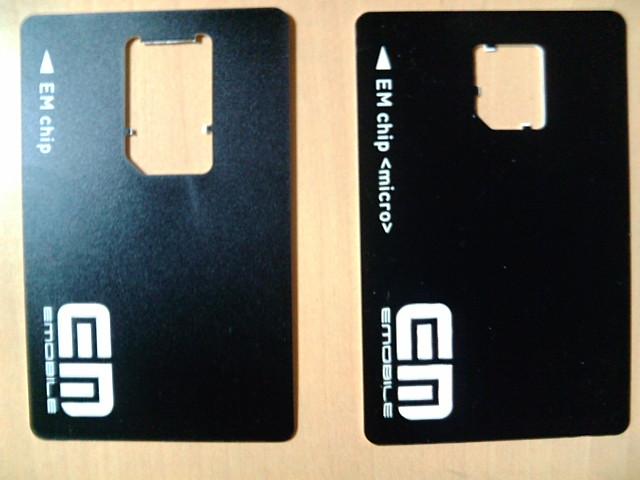 左SIM、右micro-SIMのベースカード