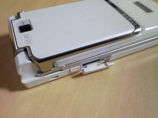 F905i左側面microSDスロット開く