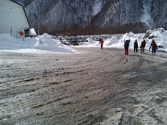 入場ゲート付近の雪融け