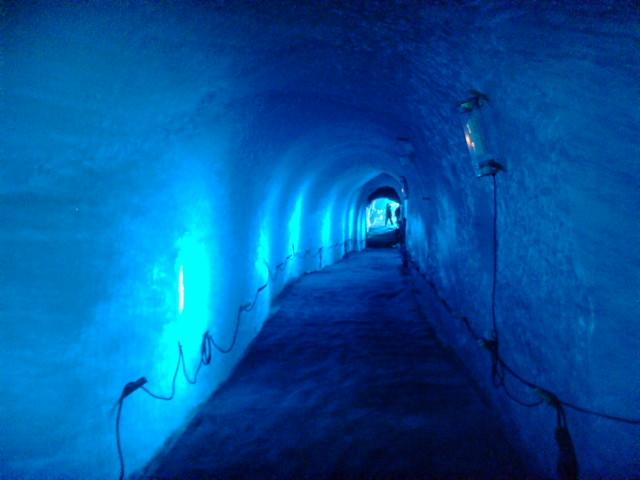 LEDで照らされた氷河