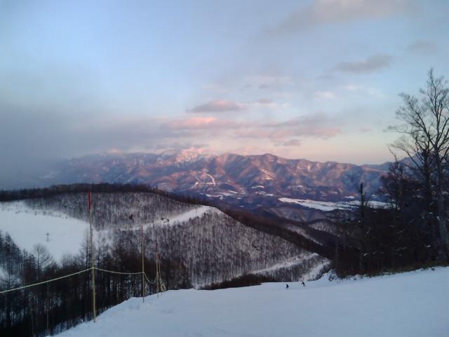 夕焼けのせまった雪山